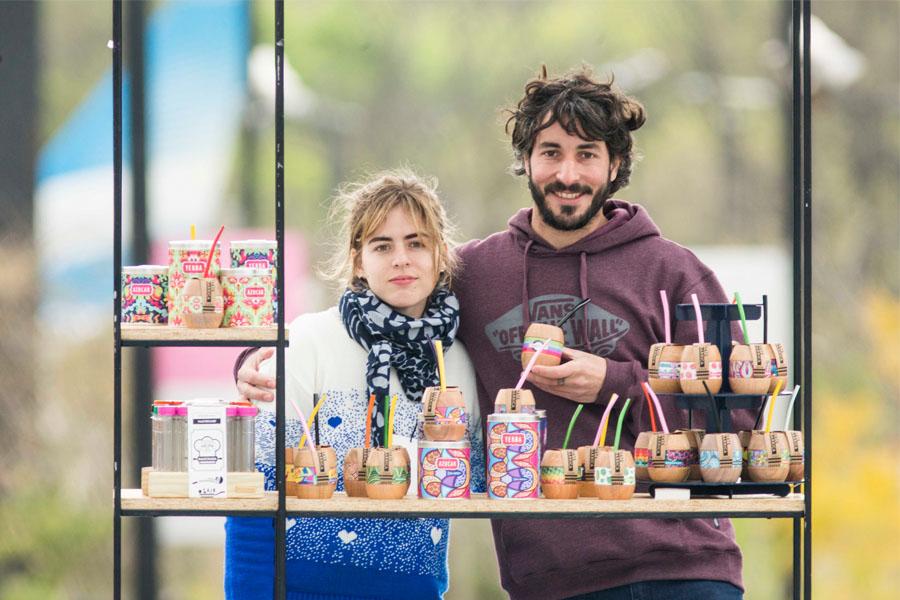 Fotografía ilustrativa de un chico y una chica en un stand.