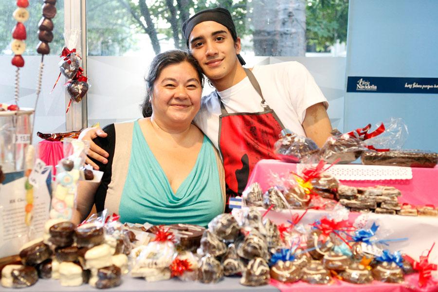 Fotografía ilustrativa de una señora y un jóven vendiendo chocolate.