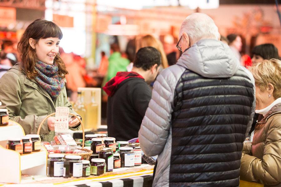 Fotografía ilustrativa de una chica vendiendo mermeladas.