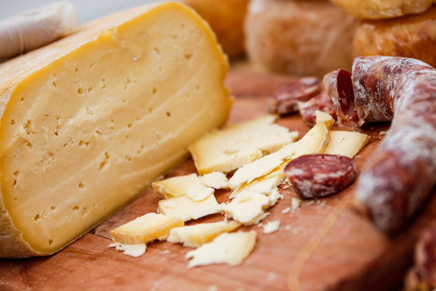 Fotografía ilustrativa de queso y salame.