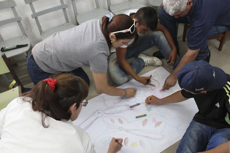 Fotografía ilustrativa de personas dibujando.