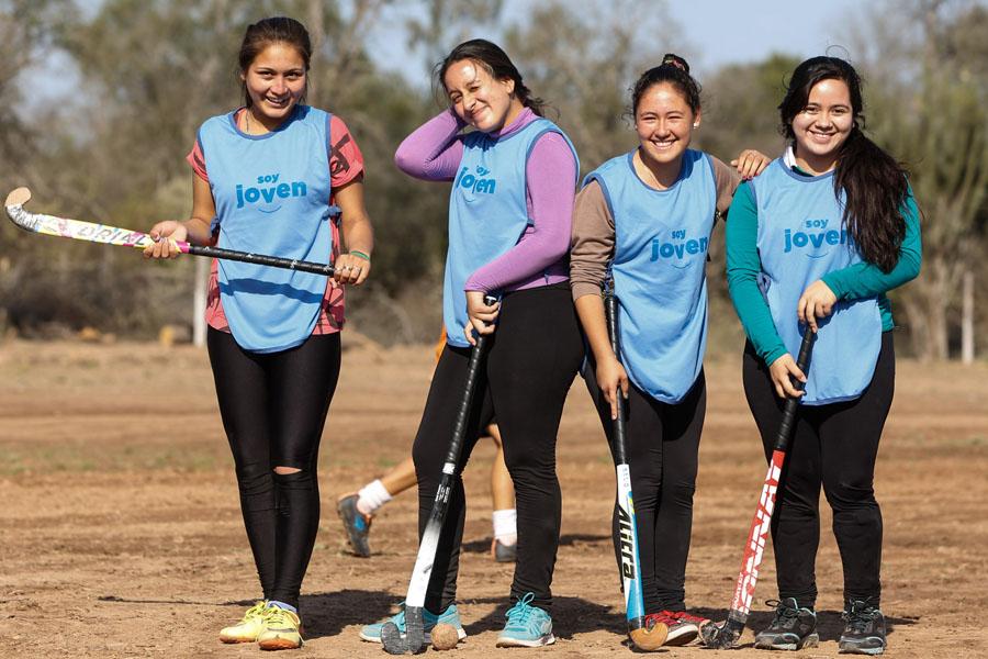 Fotografía ilustrativa de cuatro chicas con palos de hockey.
