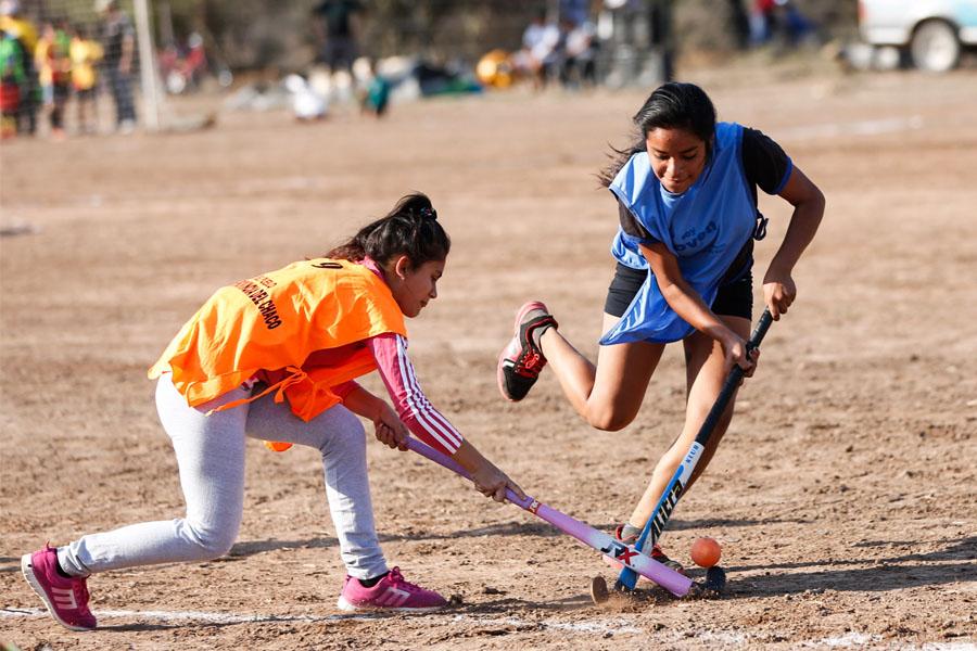 Fotografía ilustrativa de dos chicas jugando al hockey