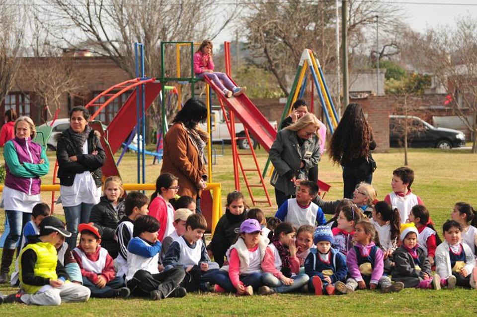 Fotografía ilustrativa de un grupo de chicos y adultos.