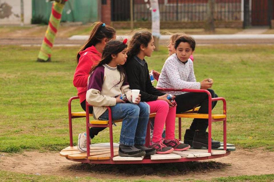 Fotografía ilustrativa de chicas arriba de un juego.