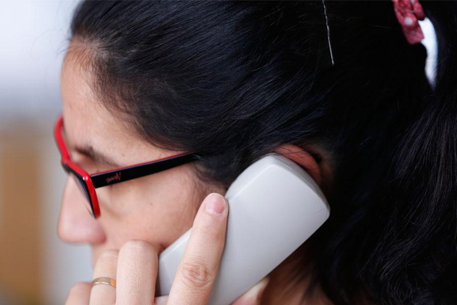 Fotografía ilustrativa de una mujer hablando por teléfono.