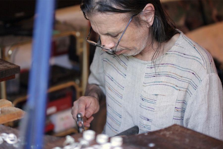 Fotografía ilustrativa de un señor trabajando.