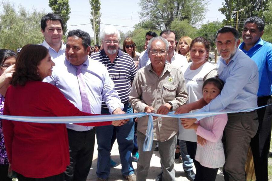 Fotografía ilustrativa de los vecinos de Catamarca cortando la cinta inaugural.