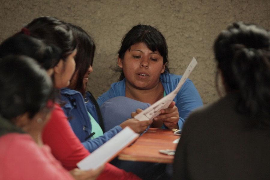 Fotografía ilustrativa de mujeres leyendo.