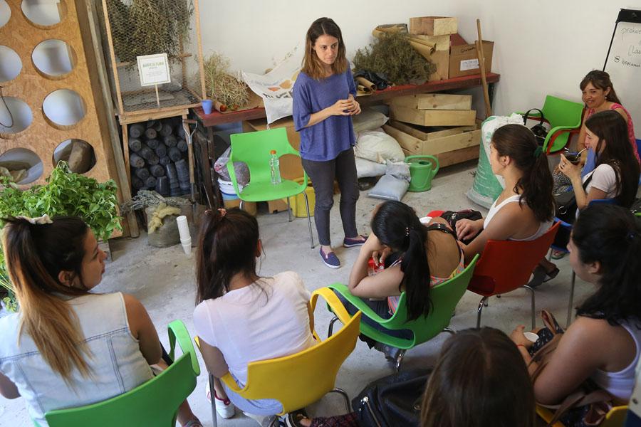 Fotografía ilustrativa de una mujer dando clases.