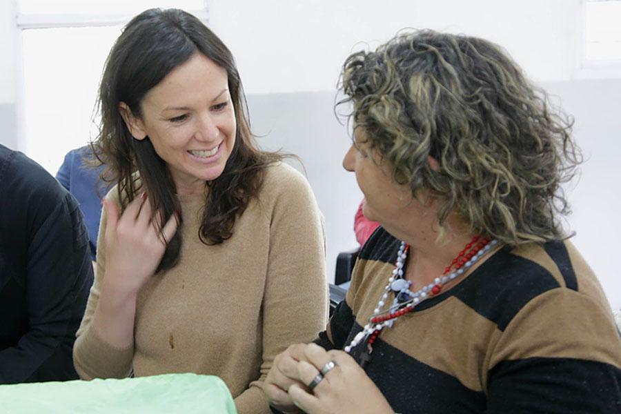 Imagen ilustrativa de Carolina Stanley hablando con mujeres de Ellas Hacen.