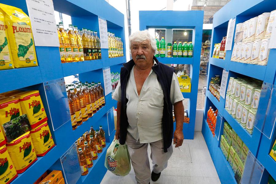 Fotografía ilustrativa de un señor comprando en el Mercado Federal.