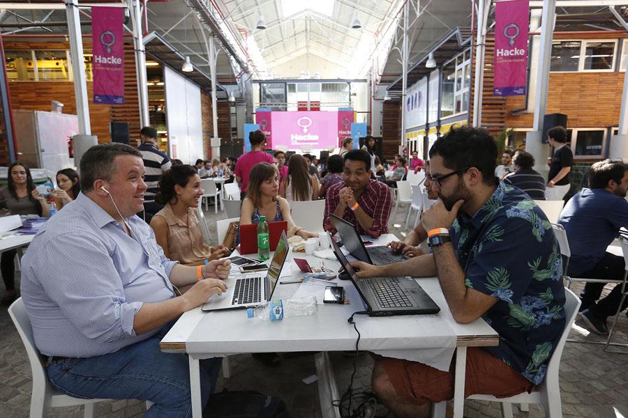 Imagen ilustrativa de programadores desarrollando ideas.
