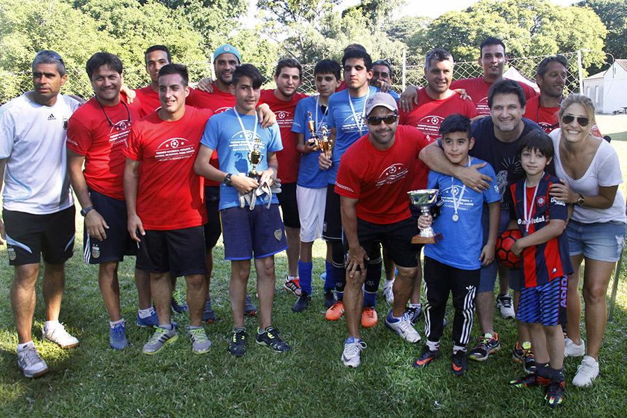 Imagen ilustrativa de chicos ciegos recibiendo los trofeos luego del campeonato