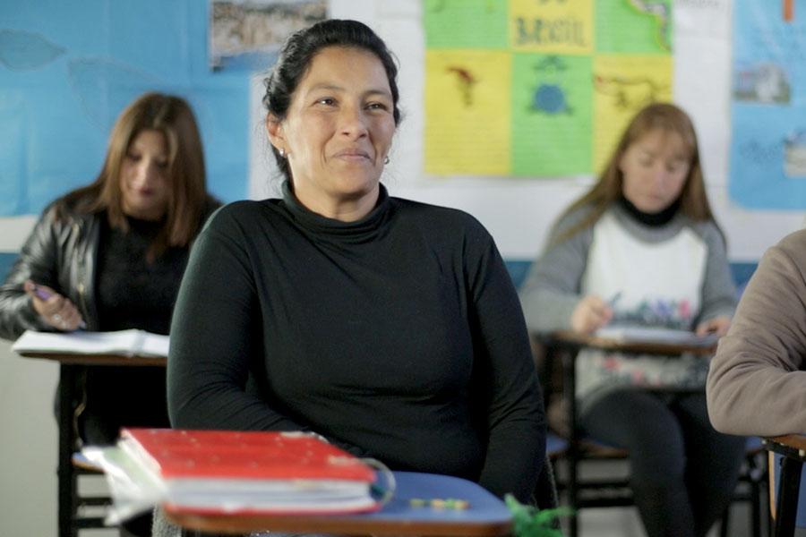 Fotografía ilustrativa de una mujer estudiando.