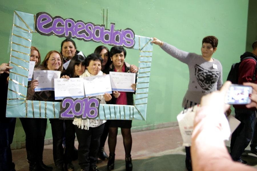 Fotografía ilustrativa de un grupo de mujeres sacándose una foto con sus diplomas.