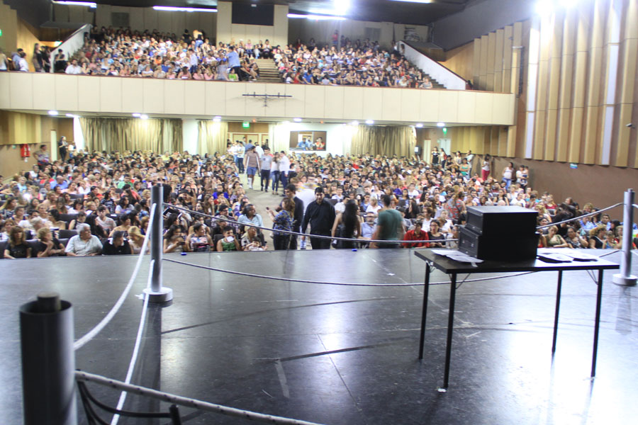 Fotografía ilustrativa del teatro Sarmiento lleno de gente.