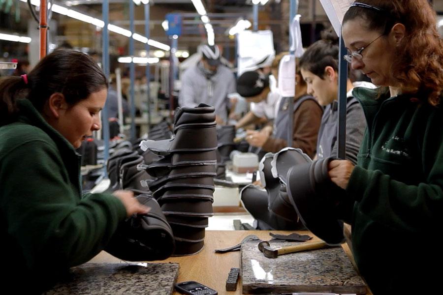 Fotografía ilustrativa de dos mujeres trabajando en un taller.
