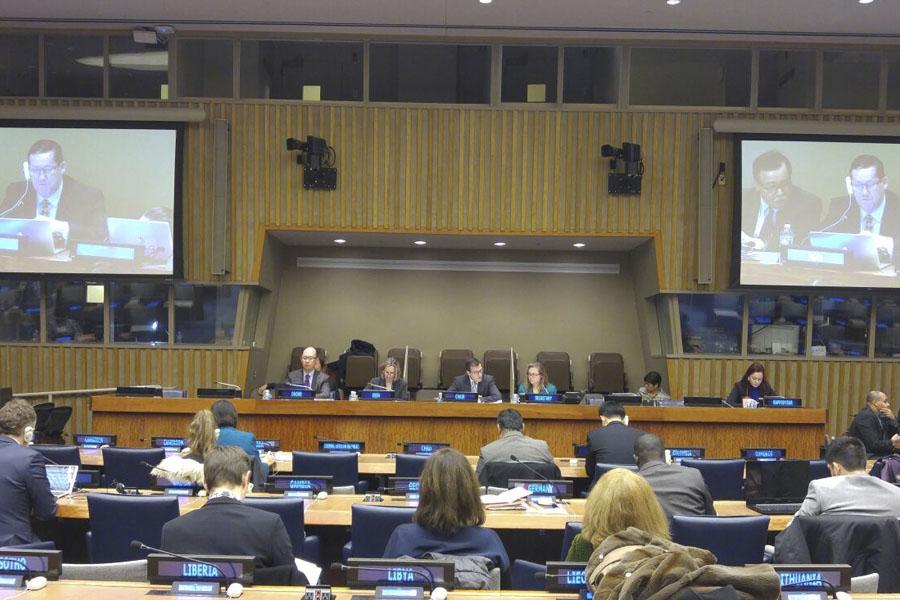 Imagen ilustrativa de personas disertando en uno de los salones de la ONU