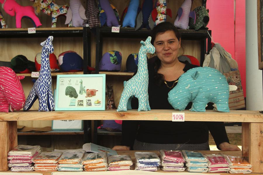 Imagen de emprendedora vendiendo productos de Fauna Brava