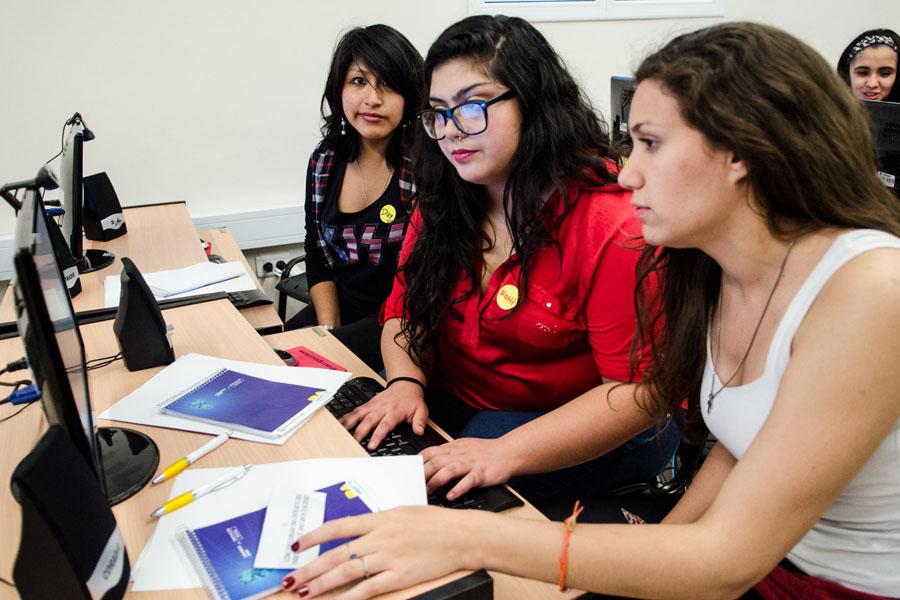 Fotografía ilustrativa de tres chicas frente a una computadora