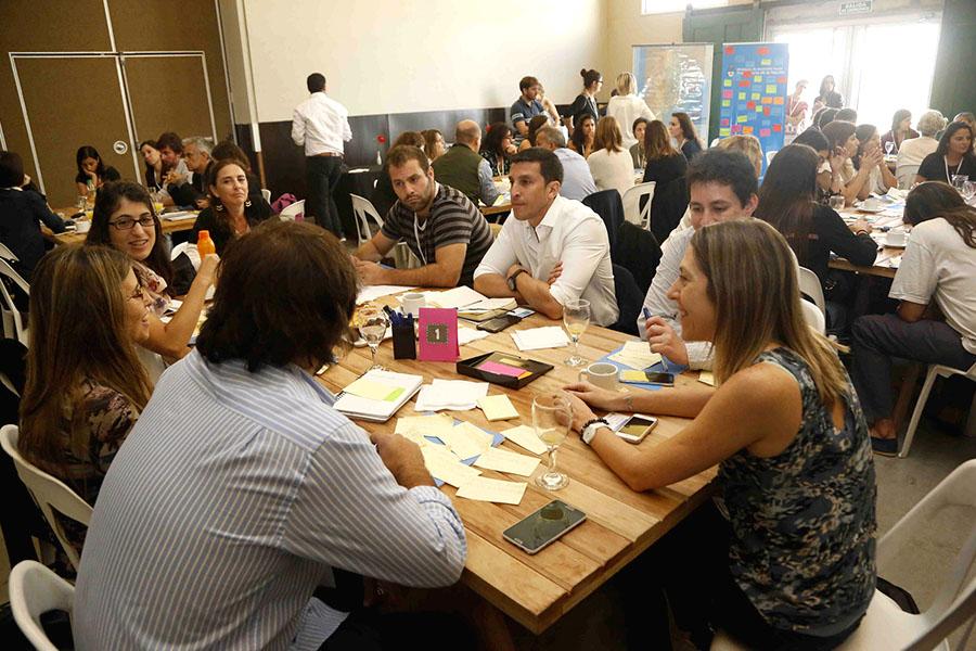 Personas reunidas en una mesa de trabajo