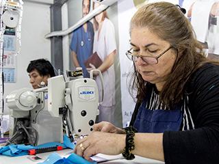 Mujer cosiendo en un taller textil