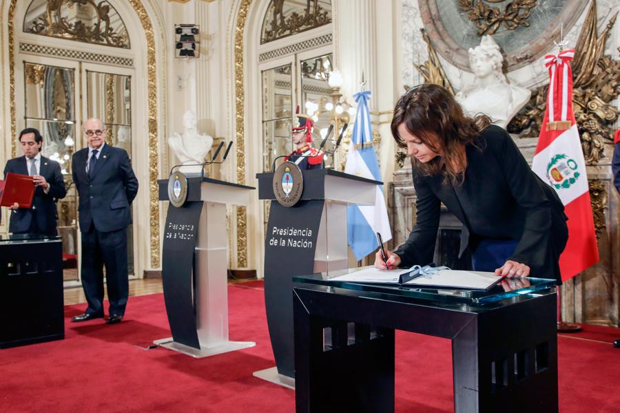 La ministra Carolina Stanley, al firmar el Convenio Marco de Cooperación con Perú.